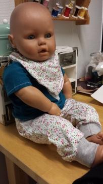 Ett trött henbarn i nya kläder efter att marknadsoutfiten blev såld